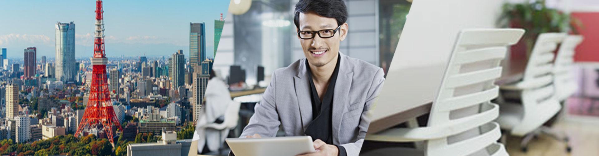 東京の街並み、バーチャルオフィスを利用してオシャレな喫茶店で仕事をする男性