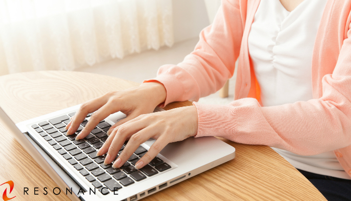 自宅で仕事をする女性