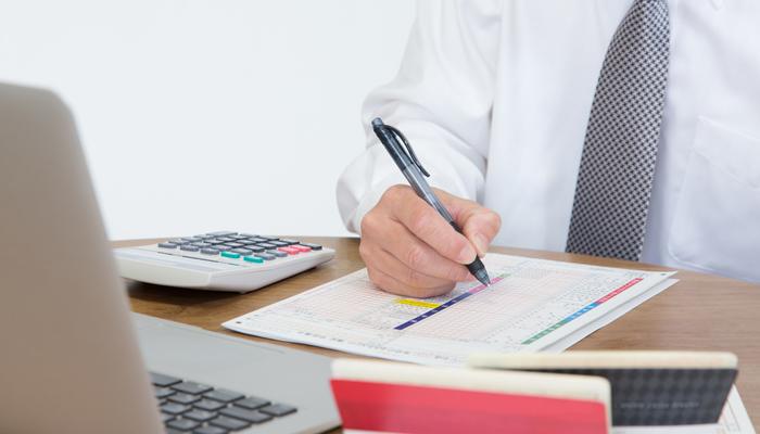 税金を計算する従業員