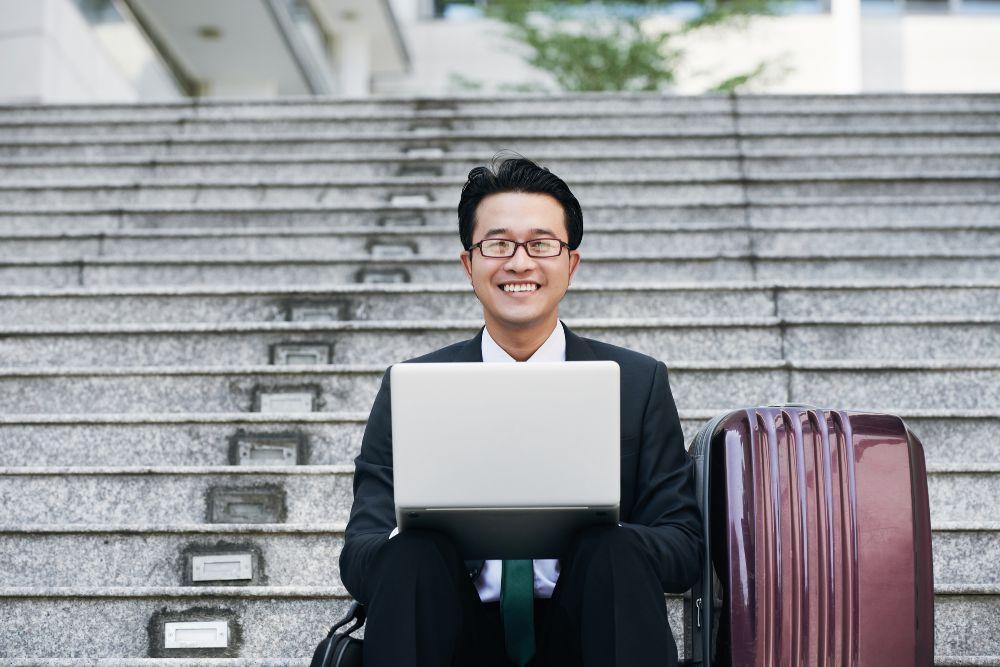 階段に座る会社員の男性