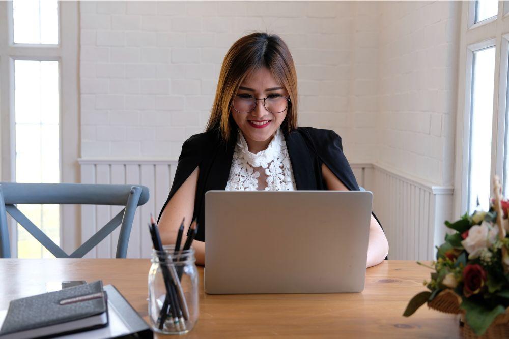 パソコンと向かいあう外国人女性