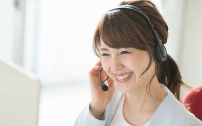 電話対応の女性